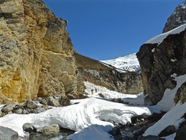Squeezing through the canyon of the ruisseau du Pisset