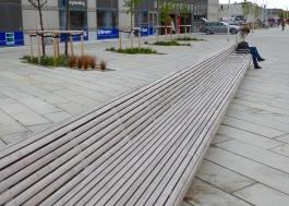 Aarhus: long, long bench off Dokk1