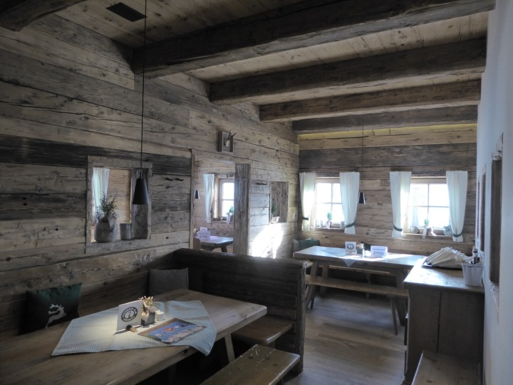 The cosy interior of the Steinbockalm