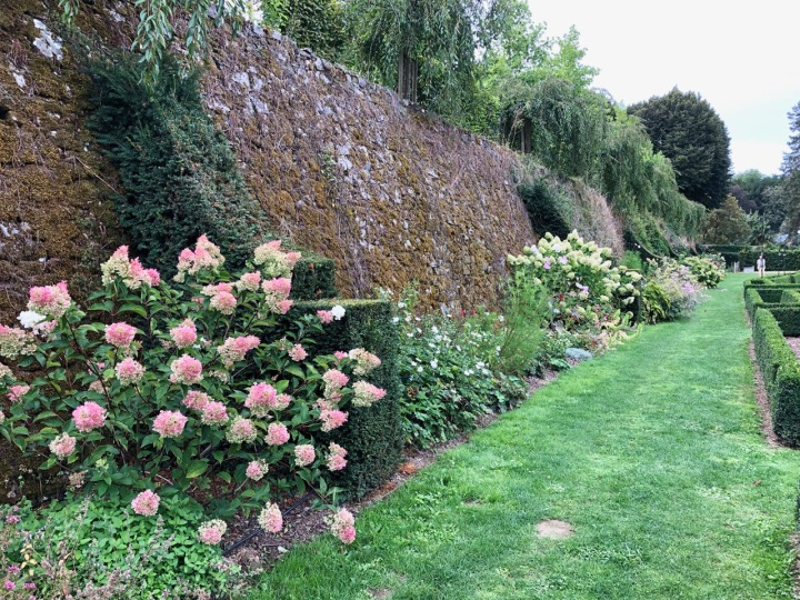 Potager Colbert: the long eastern wall, with ornamental planting and taxus buttresses